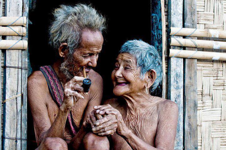 Ancianos enamorados y felices